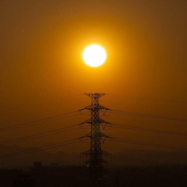 夕日に浮かぶ鉄塔のシルエット